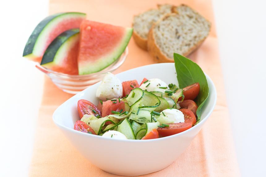fruchtiger gurken tomaten salat mit mozzarella connys foodblog. Black Bedroom Furniture Sets. Home Design Ideas